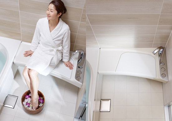 ベンチに腰掛け、シャワー浴や足湯を楽しむ